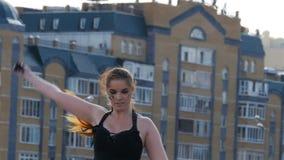 特写镜头女孩执行火展示反对住宅复合体 股票录像
