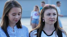 特写镜头女孩等待名人在青年时期中的音乐会起点 股票录像