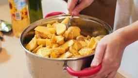 特写镜头女性手混合在平底锅的土豆 影视素材