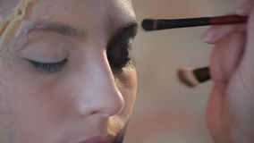 特写镜头妇女专业化妆师做蜡艺术戏院的塑料构成并且绘少女的面孔并且生成图象 股票录像