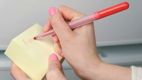 特写镜头妇女` s手在词寻找我的黄色贴纸纸板料写 影视素材