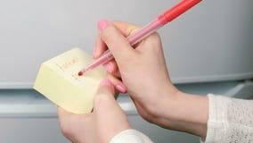 特写镜头妇女` s手在黄色贴纸纸板料词告别永远写 股票视频