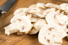 特写镜头宏指令切了在木板的蘑菇 免版税库存图片