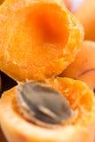 特写镜头宏指令打开了在碗的新鲜的杏子 免版税库存照片