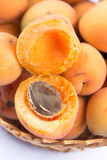 特写镜头宏指令打开了在碗的新鲜的杏子 免版税库存图片