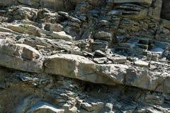特写镜头对角线分层了堆积与大和小石头的岩层 免版税库存照片