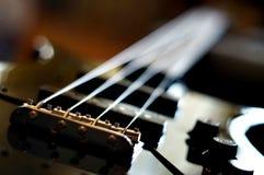 特写镜头射击了一座低音吉他桥梁-防御者爵士乐低音样式桥梁 图库摄影