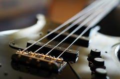 特写镜头射击了一座低音吉他桥梁-防御者爵士乐低音样式桥梁 免版税库存图片