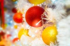 特写镜头射击了与红色和黄色ba的Christmastide装饰 图库摄影