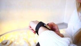 特写镜头射击了在女性手上的小配件那块测试巧妙的手表  库存照片