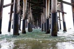 特写镜头射击了在有镇静蓝色海的码头下 免版税库存图片