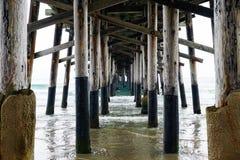特写镜头射击了在有镇静蓝色海的码头下 库存照片