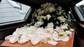 特写镜头射击了在柩车的一个五颜六色的小箱或教堂在葬礼或埋葬前在公墓 库存照片
