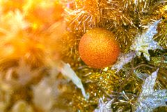 特写镜头射击了在金黄轻的口气的圣诞树装饰 库存照片