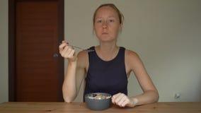 特写镜头射击了年轻女人吃鲜美和健康圆滑的人碗 股票视频