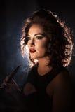 特写镜头射击了有明亮的构成和好的发型的俏丽的妇女 免版税图库摄影