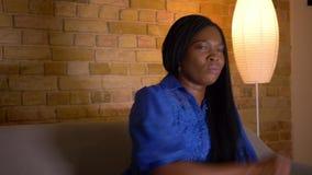 特写镜头射击成人非裔美国人的在电视的女性观看的体育和变得沮丧由于坐的损失  股票录像