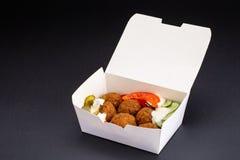 特写镜头小组在食物箱子的油煎的鱼糕球在街道食物餐馆曼谷夜市 库存图片
