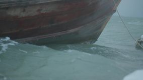 特写镜头小船弓在多云黑暗的天空的不安定的海 影视素材