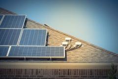 特写镜头屋顶与顶楼接线盒的太阳电池板系统 库存图片