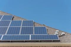 特写镜头屋顶与顶楼接线盒的太阳电池板系统 库存照片