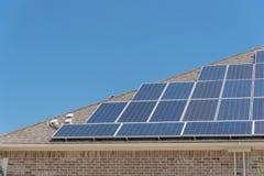 特写镜头屋顶与顶楼接线盒的太阳电池板系统 图库摄影