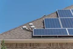 特写镜头屋顶与顶楼接线盒的太阳电池板系统 免版税库存照片