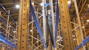 特写镜头工作者修理机架运作在高度的金属零件 股票视频