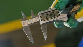 特写镜头工作者显示现代数字式轮尺对照相机 股票录像