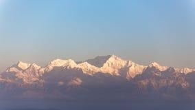特写镜头干城章嘉峰山与蓝色和橙色天空的早晨从老虎小山的那个看法在老虎小山的冬天 免版税库存照片