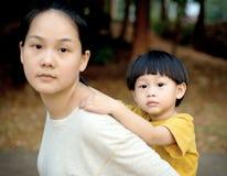特写镜头年轻男孩支持他的母亲 库存照片
