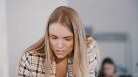特写镜头年轻确信的正面精力充沛的女性CEO女实业家领导讲话在现代轻的办公室会议上 股票视频