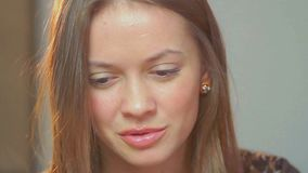 特写镜头年轻美丽的妇女聊天互联网声音交谈 股票视频