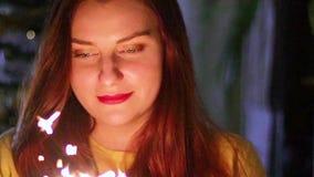 特写镜头庆祝一个假日的美女闪烁发光物画象  影视素材