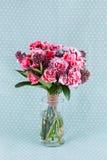 特写镜头开花在玻璃花瓶的花束 库存照片