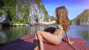 特写镜头微笑的女孩在小船做Selfie反对天蓝色的海湾 股票视频