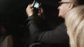 特写镜头微笑的普遍的歌手给署名人 股票视频