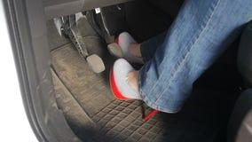 特写镜头性感的年轻女人慢动作录影按在汽车的高跟鞋的脚蹬 股票视频
