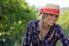 特写镜头愉快的农民纵向妇女年轻人 免版税库存图片