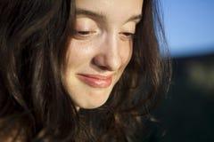 特写镜头愉快的纵向日落妇女 免版税库存图片