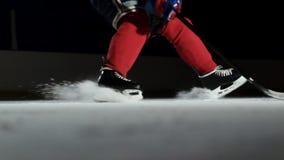 特写镜头慢动作冰球和飞行的雪,曲棍球运动员拾起顽童棍子 股票视频
