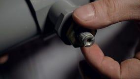特写镜头手扭转在塑料管连接零件的螺丝 影视素材