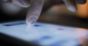 特写镜头手指触板使用社会媒介的计算机触摸屏幕 影视素材