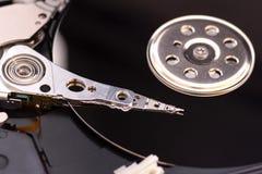 特写镜头打开了被拆卸的硬盘从计算机,与镜子作用的hdd 免版税库存图片