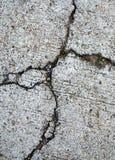 特写镜头打破或损坏用水泥涂地板 库存照片