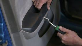 特写镜头技工拆卸修理的车门在服务站 影视素材