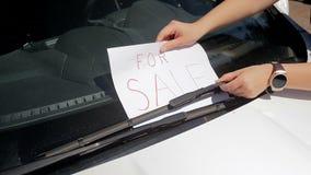 特写镜头投入为销售标志的少妇慢动作英尺长度在汽车风档刮水器下 完善的英尺长度为 影视素材