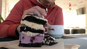 特写镜头抚摸茶在咖啡馆的人手 人在餐馆用热的饮料和蛋糕 影视素材