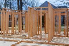 特写镜头新的棍子修建了家庭建设中在木房子下蓝天构筑的结构木框架在家 库存图片