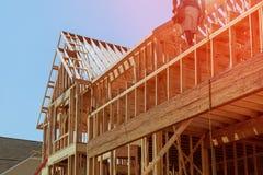 特写镜头新的棍子修建了家庭建设中在木房子下蓝天构筑的结构木框架在家 图库摄影